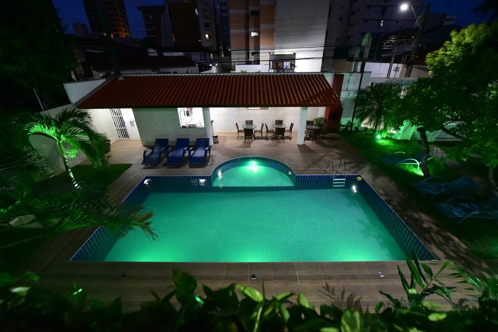 Vista panorâmica da piscina do Live In Fortaleza Hotel